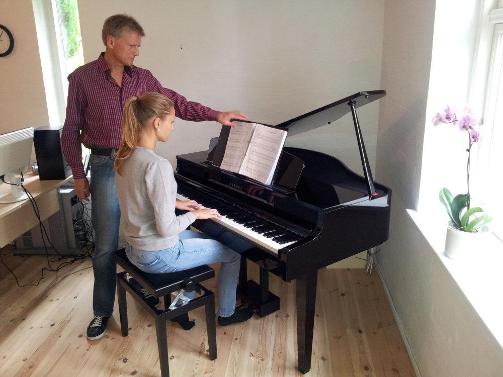 Maja spiller klaver